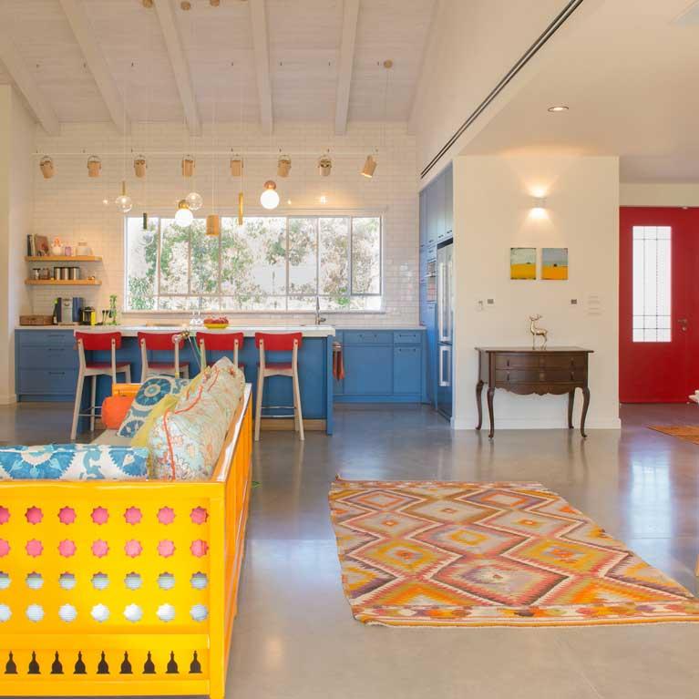 עיצוב סלון מאוד צבעוני, ספה צהובה, שימוש באלמנטים בורדו